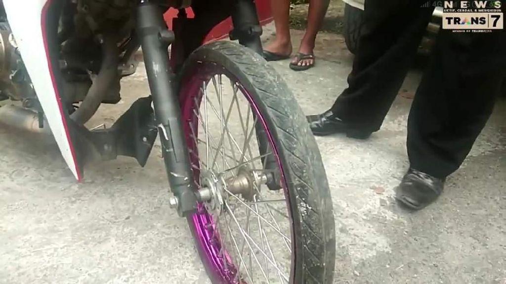 Motor Pakai Ban Cacing Tanpa Rem Depan Berujung Kecelakaan