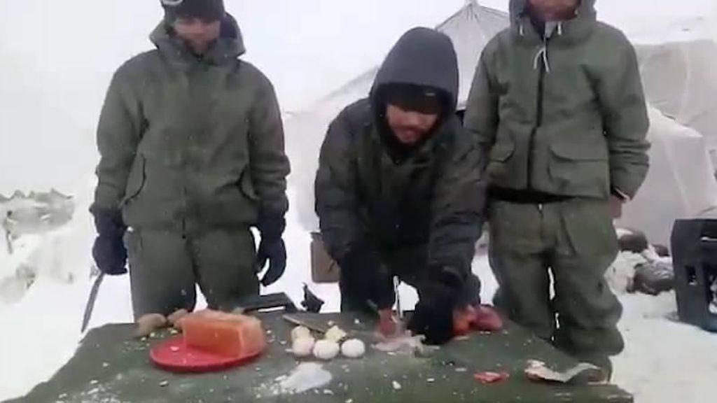 Hidup di Atas Pegunungan Es, Tentara Ini Pecahkan Telur dan Sayur Pakai Palu