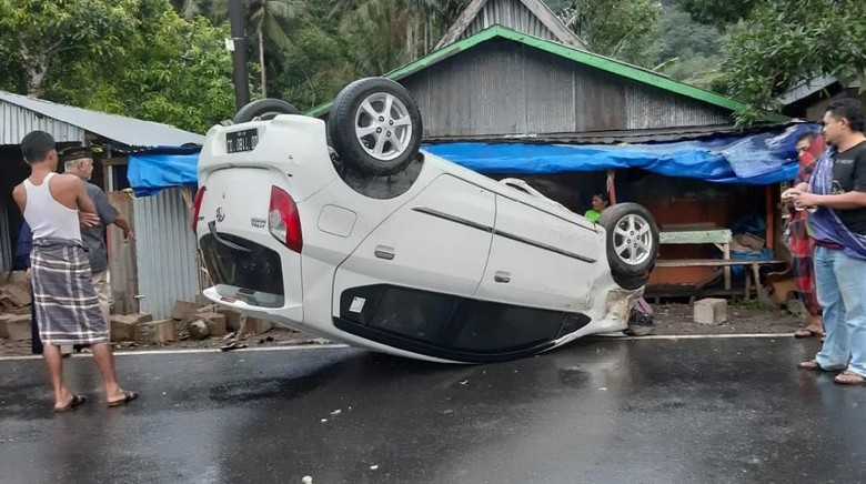 Mobil Terbalik Setelah Tabrak Batu di Maros, 3 Orang Terluka