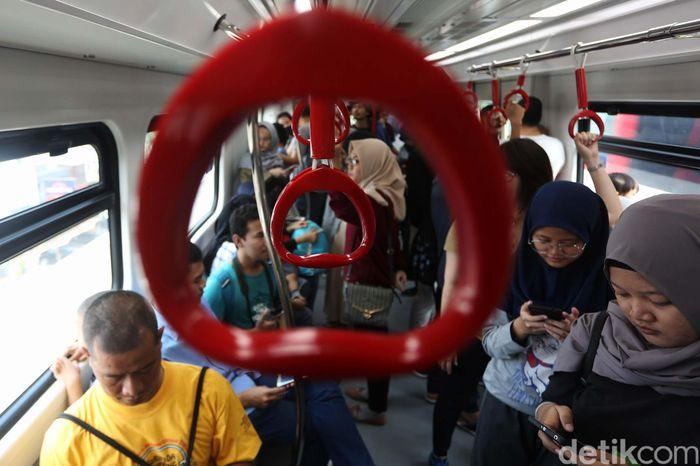 Masyarakat mencoba menaiki moda transportasi LRT Jakarta di Kelapa Gading, Jakarta Utara, Selasa (11/6/2019).