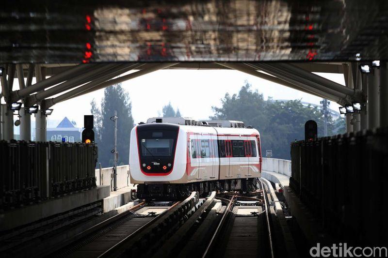 Kehadiran LRT Jakarta akan memudahkan traveler yang berdomisili maupun berwisata di area Kelapa Gading, Jakarta Utara. Total, ada lima stasiun yang siap dioperasikan (Agung Pambudhy/detikcom)