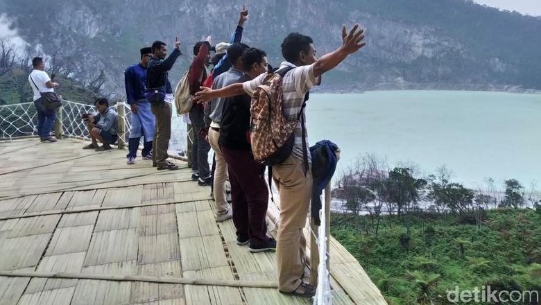 Kawah Putih, Kabupaten Bandung masih jadi favorit warga saat libur lebaran.