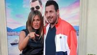 Jennifer Aniston dan Adam Sandler saat ditemui di acara film terbarunya di California, Amerika Serikat pada Senin (10/6).Rich Fury/Getty Images