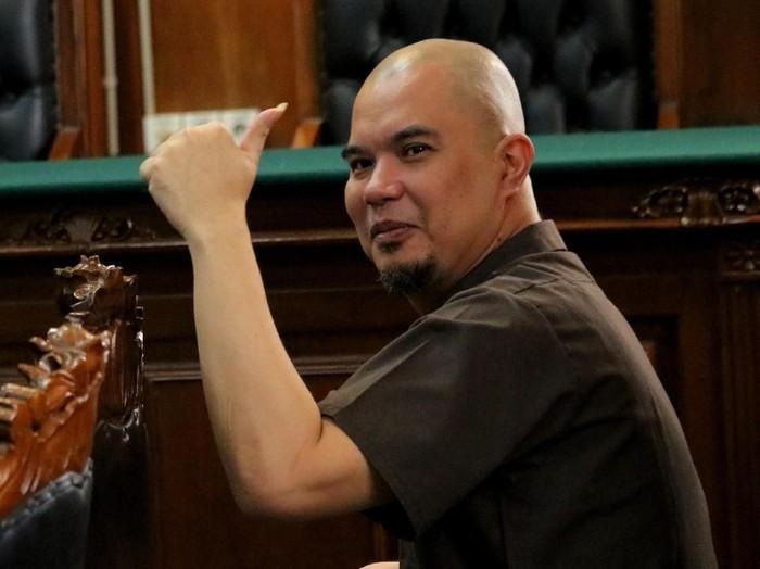 Ahmad Dhani divonis 1 tahun penjara oleh Pengadilan Negeri Surabaya atas kasus idiot pencemaran nama baik yang menyeret namanya. Seperti apa ekspresinya?