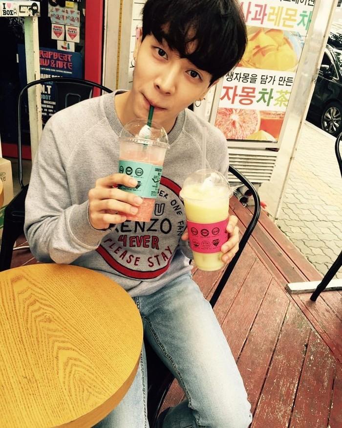 Lee Gikwang merupakan penyanyi yang terkenal sebagai anggota member Highlight. Namanya kian terkenal, setelah ia dinobatkan sebagai pria paling tampan di Asia. Foto: Instagram @gttk0000