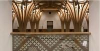 Tapi begitu masuk ke dalam, masjid ini menampilkan sisi yang lain. Bagian dalam masjid in memiliki tiang ukiran yang dibuat layaknya pohon. (cambridgecentralmosque)