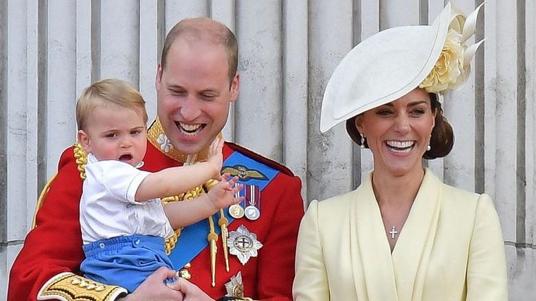 Parade Tandai Perayaan Ulang Tahun Resmi Ratu Elizabeth