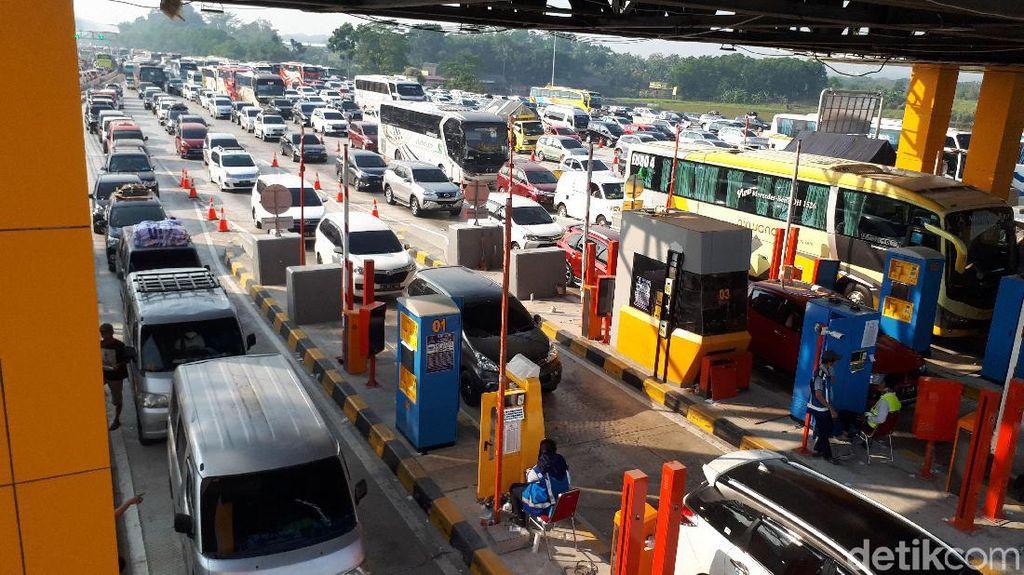 Selasa Siang, Kendaraan Masih Terjebak Macet di GT Cikampek Utama