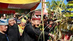Kemeriahan Warga Banyuwangi Arak 1.000 Ketupat di Gerebeg Syawal