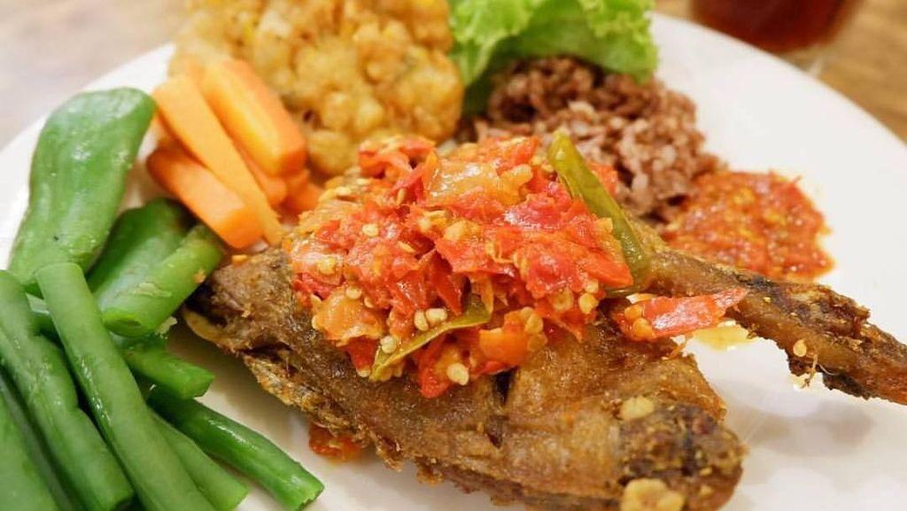 Makan Kenyang dengan Bebek Goreng Gurih dan Sambal Enak di Sini