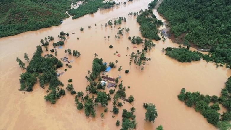 Korban Banjir Konawe Utara Rebutan Pakaian Bekas dan Alas Tidur