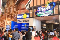 Di momen libur Lebaran dan libur Sekolah 2019, Trans Snow World Juanda di Bekasi dipadati oleh wisatawan. Baik yang datang dari Bekasi maupun kota di sekitarnya (Randy/detikcom)