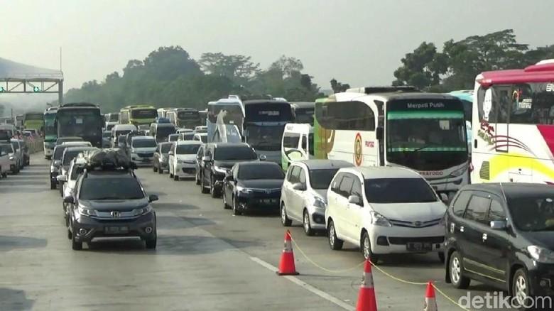 Kemacetan terlihat di Tol Cikampek pagi hingga siang ini. Kemacetan itu bahkan terjadi di kedua arah, baik Jateng menuju Jakarta maupun sebaliknya.