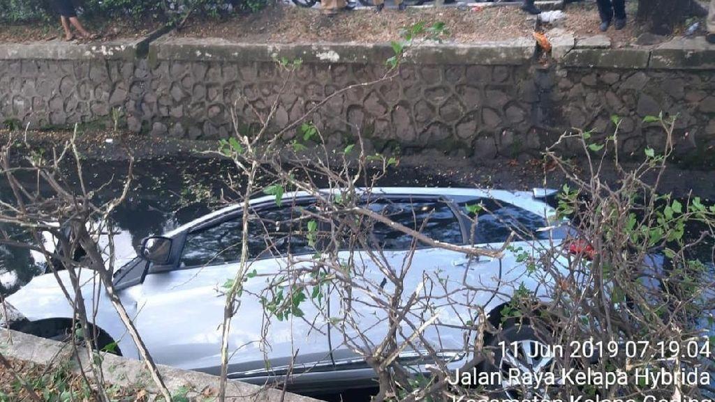 Mobil Terperosok ke Saluran Air di Kelapa Gading, Tak Ada Korban Jiwa