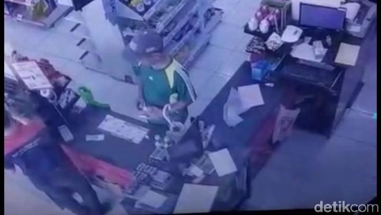 Terekam CCTV, Pria Bertopi Curi Uang Jutaan di Minimarket Bekasi