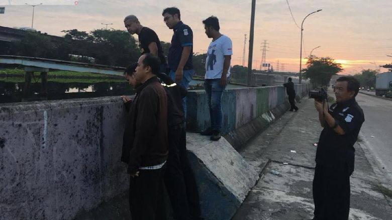 Polisi mengecek TKP temuan sandal biru di Jembatan Ancol.
