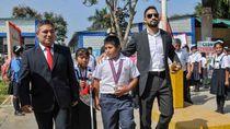 Salut! Aksi Mulia Jutawan Bantu Bocah Viral yang Kerjakan Tugas di Trotoar