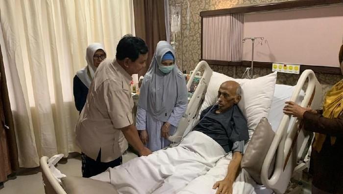 Prabowo saat menjenguk mendiang George Toisutta. (Foto: Dok. BPN Prabowo-Sandiaga)