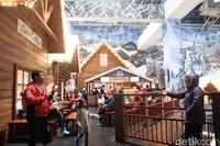 Trans Snow World Juanda buka setiap hari dari pukul 09.00-23.00 WIB. Harga tiketnya selama libur Lebaran dan libur sekolah adalah Rp 275 ribu/pax (Randy/detikcom)