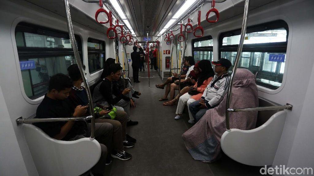Jajal LRT Jakarta, Penumpang: Pangkas Waktu Tempuh Tapi Sempit