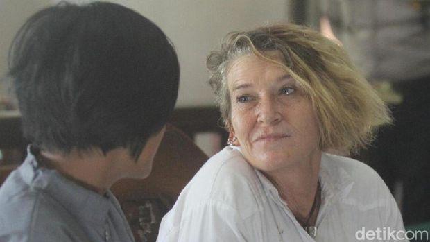 Warga Negara (WN) Australia Kim Anne Allogia (51) didakwa mengimpor narkotika jenis ganja cair dari Amerika Serikat.