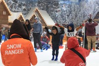 Para snow ranger pun sigap menangkap momen keriaan anak-anak. Tak perlu repot kalau tak bawa kamera (Randy/detikcom)