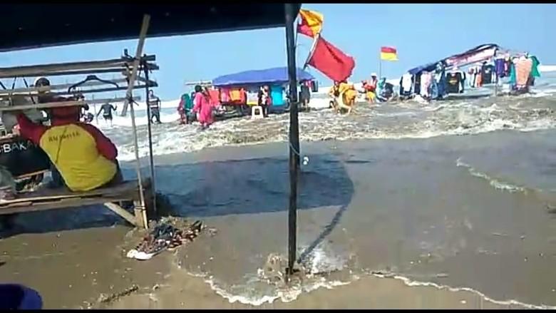 Air Pasang di Pantai Bagedur Lebak, Wisatawan Sempat Panik