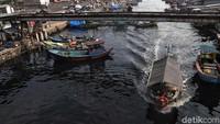 Sejumlah kapal penyeberangan nampak hilir-mudik mengantarkan warga untuk kembali bekerja maupun tiba usai mudik merayakan lebaran bersama keluarga di kampung halaman.