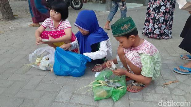 Tradisi berebut ketupat jembut di Semarang.