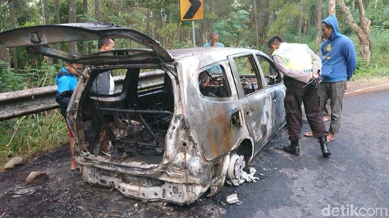 Sebuah MPV Hangus Terbakar di Trenggalek, 7 Penumpang Selamat