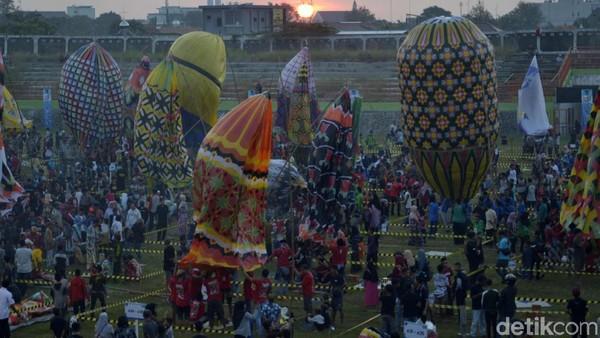 Tradisi syawalan dengan balon udara ini digelar AirNav Indonesia bekerjasama degan Pemkot Pekalongan. Di tahun 2019 ini digelar festival balon udara bertajuk Java Traditional Balloon Festival 2019. (Robby Bernardi/detikcom)