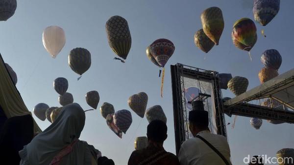 Ratusan balon yang diterbangkan dan ditambatkan dengan seutas tali ini menjadikan pemandangan nan indah di Stadion Hoegeng, Pekalongan. (Robby Bernardi/detikcom)
