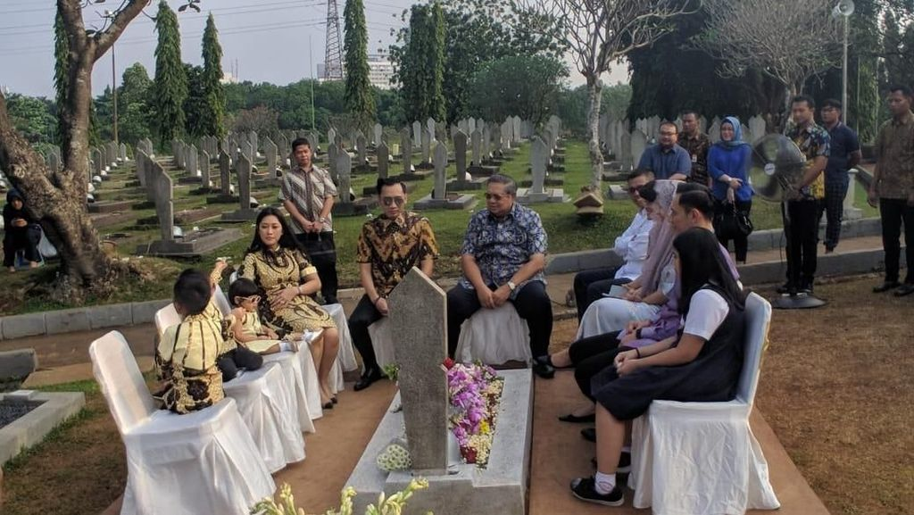 Doa SBY di Pusara Ani: Memo Ada di Hati Kita Selamanya