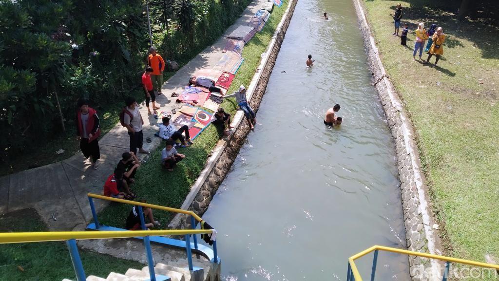 Melihat Tradisi Warga Cuci Karpet Masjid di Sungai Sungapan Bandung