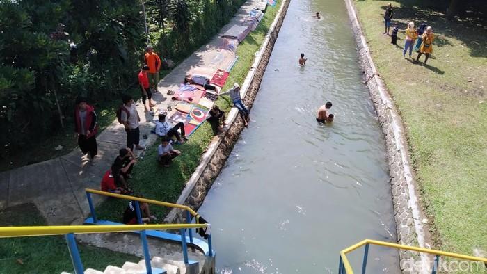 Aktifitas mencuci karpet masjid di Bendungan Sungai Sungapan, Soreang, Kabupaten Bandung, itu rutin dilakukan warga setelah libur lebaran. (Foto: Wisma Putra/detikcom)