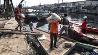 Di bagian lain, sejumlah warga nampak sibuk mengangkut barang ke dalam perahu.