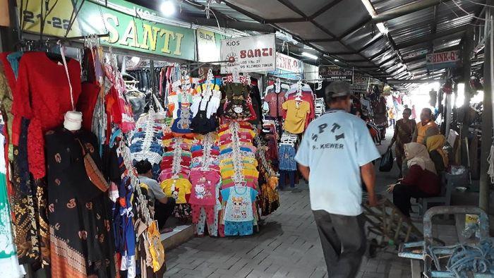 Pasar Klewer darurat yang berada di Alun-alun Lor Keraton Kasunanan Surakarta. Foto: Bayu Ardi Isnanto/detikcom