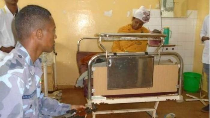 Almaz Derese ujian sekolah di rumah sakit, ditemani pengawas. Foto: BBC