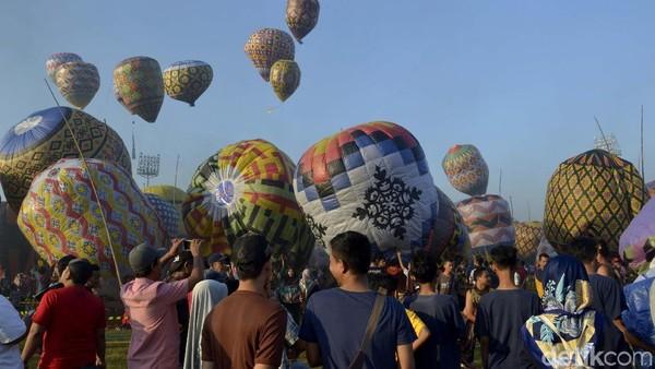 Warga di Kota Pekalonganpun antusias mengikuti festival balon ini. Tercatat ada 105 kelompok warga yang mengikuti festival balon. Kendati cukup sulit karena balon ditambatkan kerap tertiup angin dan tidak bertahan lama di udara. (Robby Bernardi/detikcom)