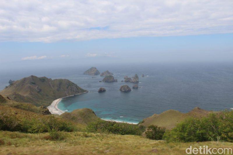 Di pesisir timur Bima, NTB ada pantai yang cantik dan sangat mirip Raja Ampat di Papua Barat. Namanya pantai Pulau Kelapa, berlokasi di Kecamatan Sape, Kabupaten Bima. (Faruk Nickyrawi/detikcom)