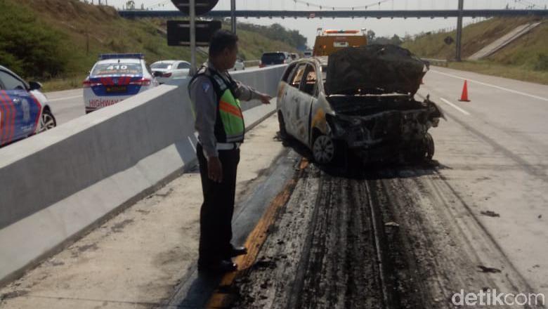 Ini Detik-detik MPV Terbakar di Tol Pandaan-Malang