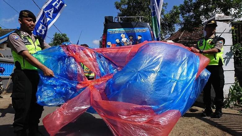 Warga Trenggalek Nekat Terbangkan Balon Udara Meski Dilarang