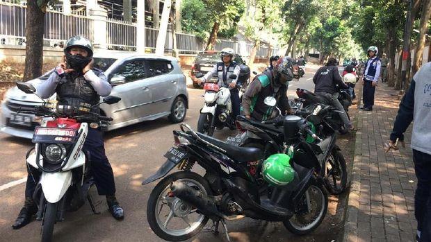 Sejumlah motor juga dicabut pentil karena parkir liar.