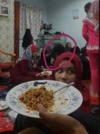 Hiii! Keluarga Ini Lihat Penampakan Rambut Gimbal Saat Makan di Hari Raya