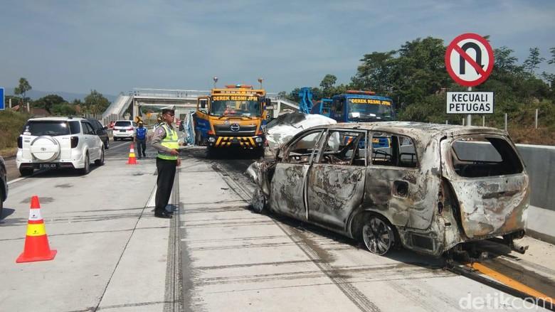 Terdengar Dua Kali Ledakan MPV Terbakar Usai Tabrak Truk di Tol Pandaan