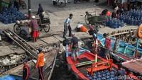 Warga kembali melakukan aktivitas sehari-hari di kawasan sekitar Kampung Nelayan Cilincing.