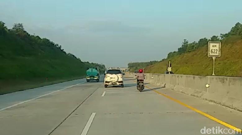 Begini Cara Biker Wanita Ini Nyelonong ke Tol Madiun Tanpa Petugas Tahu