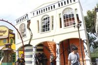 Wahana Rumah Gempa ini terletak di Kota Mini, Floating Market, Lembang, Bandung Barat. Dari luar, bangunan wahana ini berbentuk seperti rumah yang retak. (Yudha Maulana/detikcom)