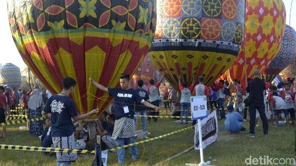 Balon-balon yang diterbangkan ini buatan warga sendiri dengan aneka bentuk dan motif. Ada ketentuan tersendiri saat mengikuti festival balon di pekalongan ini. (Robby Bernardi/detikcom)