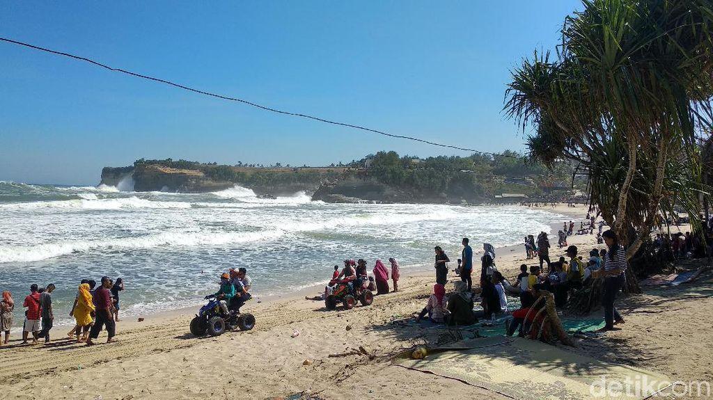 Gelombang Tinggi di Perairan Selatan Jawa, Pengunjung Pantai Diimbau Waspada